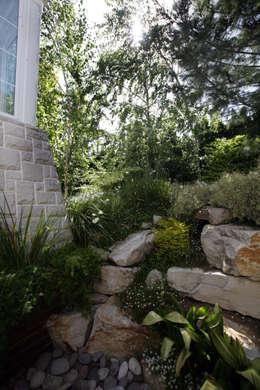 Jardín de Estilo Clasico-Moderno: Jardines con piedras de estilo  por Vivero Antoniucci S.A.