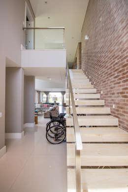 Pasillos y recibidores de estilo  por Arquiteto Vinicius Vargas