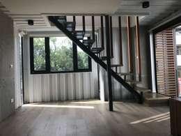 Livings de estilo industrial por 石方室內裝修有限公司