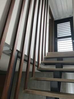 Pasillos y hall de entrada de estilo  por 石方室內裝修有限公司