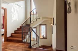 Pasillos y recibidores de estilo  por CCVO Design and Staging