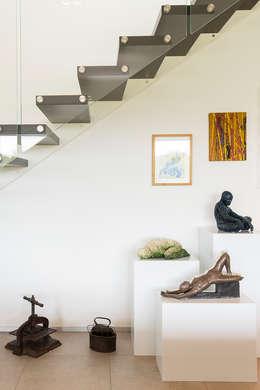 Moderna Villa in Bioedilizia: Ingresso & Corridoio in stile  di Stefano Pedroni