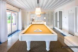 Excelência e bom gosto de mãos dadas! Casa mobilada com Velharias de Janas: Salas de estar modernas por Pedro Queiroga | Fotógrafo