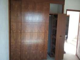 Closet: Vestidores y closets de estilo topical por Maref Arquitectos
