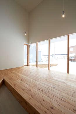 やじるしの家: Atelier Monogoto 一級建築士事務所が手掛けたサンルームです。