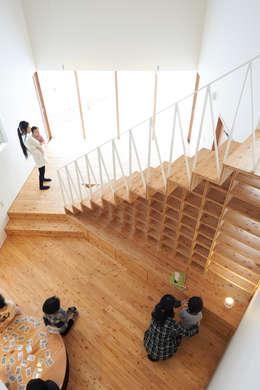やじるしの家: Atelier Monogoto 一級建築士事務所が手掛けた廊下 & 玄関です。