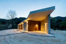 Casas de estilo moderno por 투엠투건축사사무소