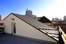 수원 단독주택: Architecture group [tam]의  박공 지붕