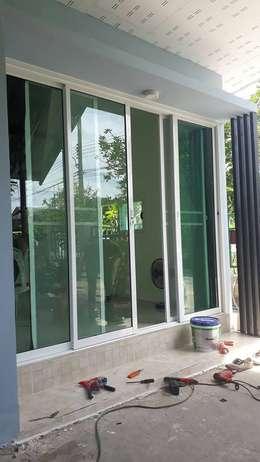 Puertas de estilo  por P Knockdown Style Modern