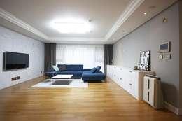 일산 49평 프렌치모던 홈스타일링: homelatte의  거실