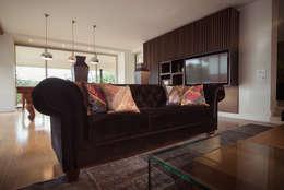 ALTOS DE LA RIOJA: Salas de estilo ecléctico por Munera y Molina