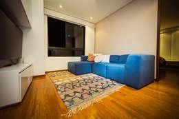 MONDRIAN: Salas de estilo moderno por Munera y Molina