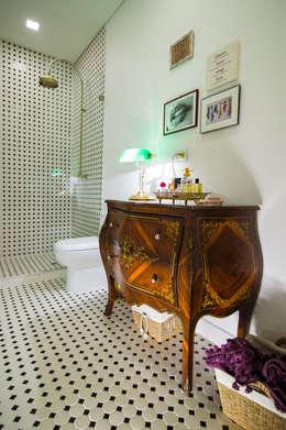 OFICINA BOSKO: Baños de estilo colonial por Munera y Molina