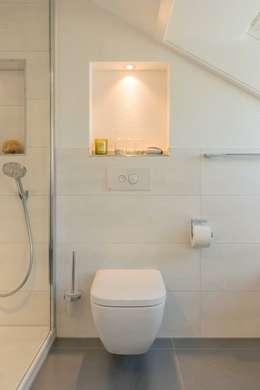 Dezenter WC-Bereich: moderne Badezimmer von HEIMWOHL GmbH