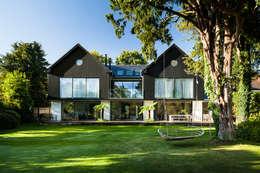 Jardines frontales de estilo  por Concept Eight Architects