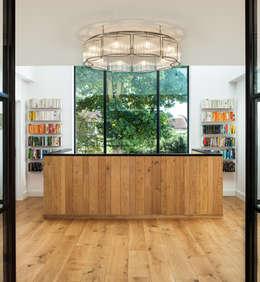 Paredes de estilo  por Concept Eight Architects