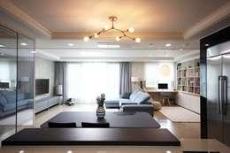 김포 32평 시공을 최소화한 새아파트 홈스타일링: homelatte의  거실
