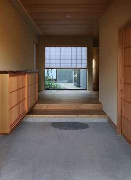 安城の家: 吉川弥志設計工房が手掛けた廊下 & 玄関です。