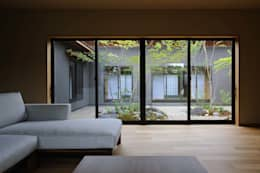 安城の家: 吉川弥志設計工房が手掛けたリビングです。