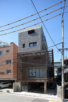 북측 도로에서 본 전경: (주)건축사사무소 모도건축의  주택