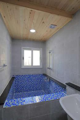 수원 단독주택: Architecture group [tam]의  화장실