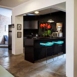Cozinha Moderna Eclética Preta, Vermelha e Azul: Armários e bancadas de cozinha  por Decoradoria