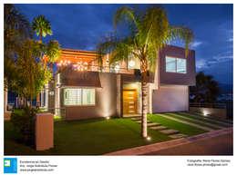 Casa Vista Lago: Casas de campo de estilo  por Excelencia en Diseño
