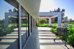Casa El Algarrobal: Casas de estilo minimalista por AtelierStudio