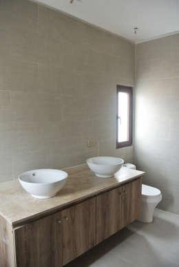 Casa El Algarrobal: Baños de estilo minimalista por AtelierStudio