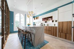 Cuisine ged graphique en laque blanche et zebrano: Cuisine de style de style Classique par LA CUISINE DANS LE BAIN SK CONCEPT