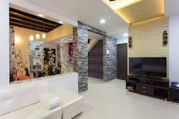 Entrance lobby with adjacent T V Unit in Living Hall.: modern Living room by Spacecraftt Architects