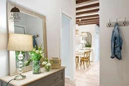 Pasillos y vestíbulos de estilo  por Nice home barcelona