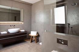 Fazenda Nova Country House: Casas de banho modernas por Richimi Factory