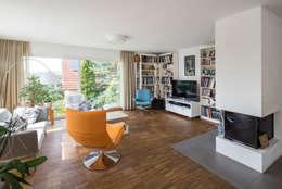 Moderne Flachdachvilla im Bauhausstil mit architektonischen Highlights: moderne Wohnzimmer von wir leben haus
