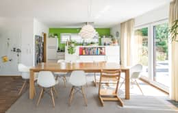 Moderne Flachdachvilla im Bauhausstil mit architektonischen Highlights: moderne Esszimmer von wir leben haus