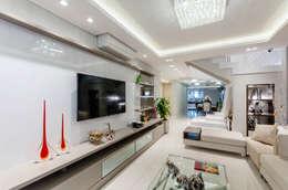 Salas de estilo moderno por RHAJA ARQUITETURA