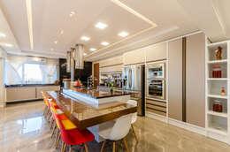 Muebles de cocinas de estilo  por RHAJA ARQUITETURA