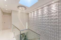 Pasillos y recibidores de estilo  por RHAJA ARQUITETURA