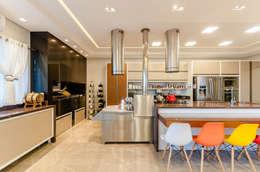 Cocinas de estilo moderno por RHAJA ARQUITETURA