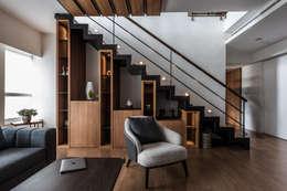Livings de estilo moderno por 紫硯空間設計