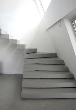 Moradia Particular: Escadas  por Richimi Factory