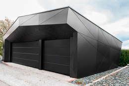 Monolith in Schwarz: ausgefallene Garage & Schuppen von plusEnergieArchitektur