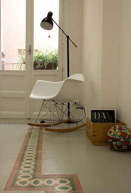 Particolare dello scorcio della camera da letto: Camera da letto in stile in stile Scandinavo di Ad'A