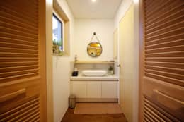 Baños de estilo moderno por 건축스튜디오 사람