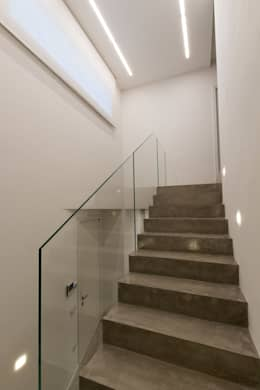 Casa D_E: Escaleras de estilo  de Fermox Solutions