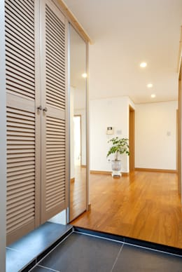 Pasillos y recibidores de estilo  por (주)더블유디자인