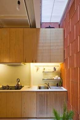 3x9 house:  Nhà bếp by a21studĩo