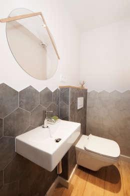 Aseo con baldosas hexagonales | Sincro: Baños de estilo escandinavo de Sincro