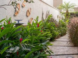 Lateral da Casa: Jardins de fachadas de casas  por Amaria Gonçalves home garden - Paisagismo Virtual e Projetos Online