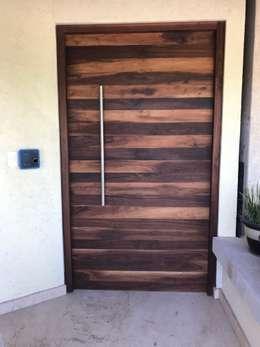Puertas de estilo  por Revah Arqs